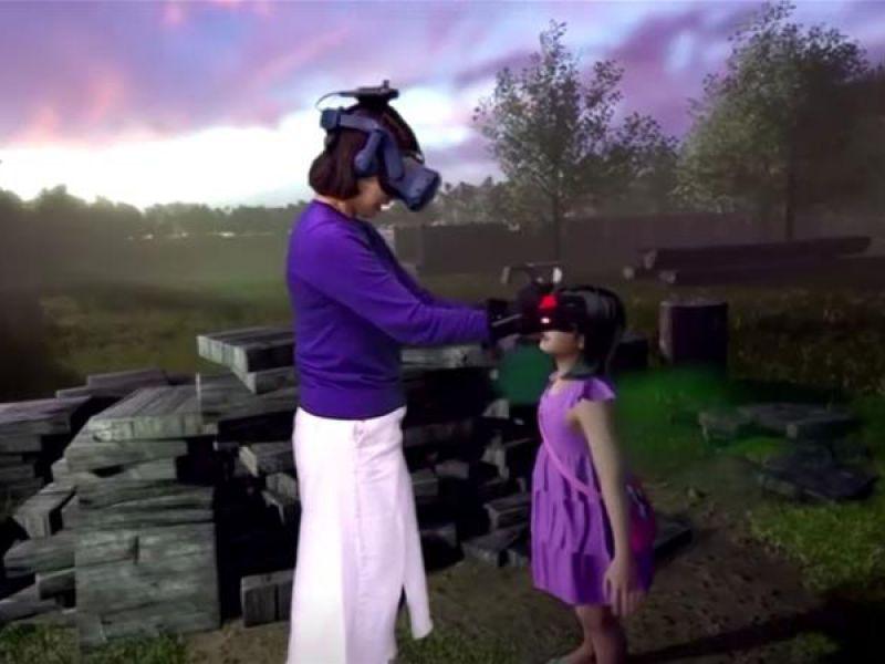 Questa donna ha potuto tenere la mano della figlia deceduta ancora una volta, grazie al VR