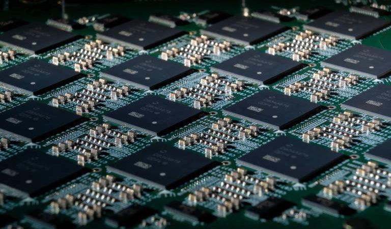 Il sistema neuromorfico Intel Pohoiki Springs fornisce cento milioni di neuroni