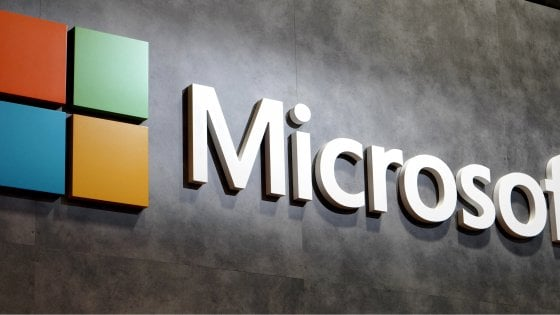 Microsoft torna sul mercato smartphone con Surface Duo, ibrido a doppio display