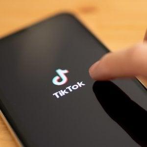 """Il garante privacy blocca TikTok: """"Deve accertare l'età degli utenti"""""""
