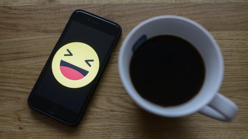 Per la mancanza di umorismo dei colleghi, un prof inventa la prima emoticon